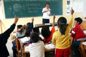 ▲ Los estudiantes de primaria que sólo se dedican a estudiar logran puntajes promedio de 526 en lenguaje, muy arriba de los 480 que reportan quienes trabajan al menos tres horas.