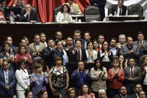 CIUDAD DE MÉXICO,24ABRIL2019.- Después de más de tres horas de receso se reanudó la sesión ordinaria en la Cámara de Diputados, en la que se discute el dictamen que modifica los artículos 3, 31 y 73 de la Constitución en materia de Reforma Educativa. Adela Piña Bernal, presidenta de la Comisión de Educación, abraza a Mario Delgado, coordinador de Morena. FOTO: MARIO JASSO /CUARTOSCURO.COM