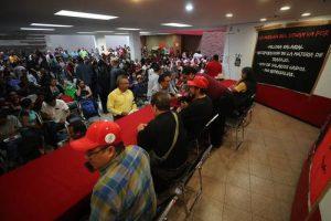 ▲ Ayer en la noche, 140 delega-dos sindicales votaron en favor de levantar la huelga, cuatro se opusieron y 30 se abstuvieron.